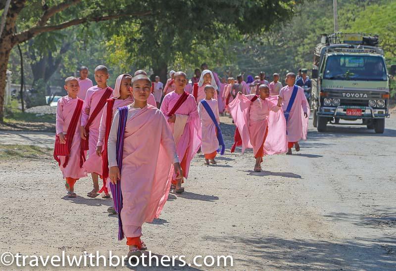 piccoli studenti diretti alla scuola Aung Mae