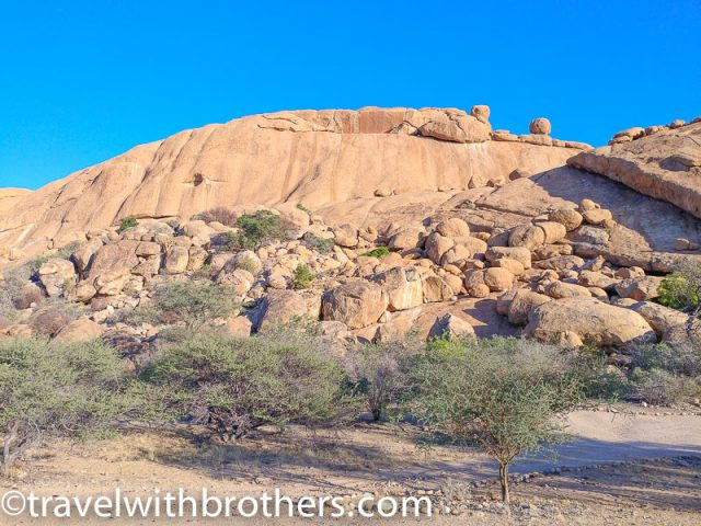 Naminia, Spitzkoppe -The ascent to main Bushman paradise - the chain is on the right side in the shadow