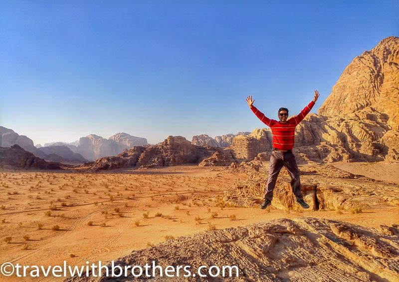 Giordania, veduta del Wadi Rum dal plateau di una piccola montagna