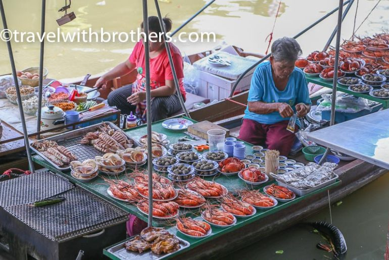 Thailand, vendors at Amphawa floating market