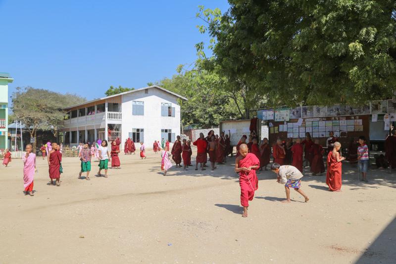 Il cortile della scuola Aung Myae