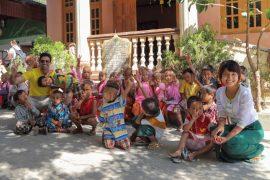 Una classe di piccoli studenti ospitati nella scuola