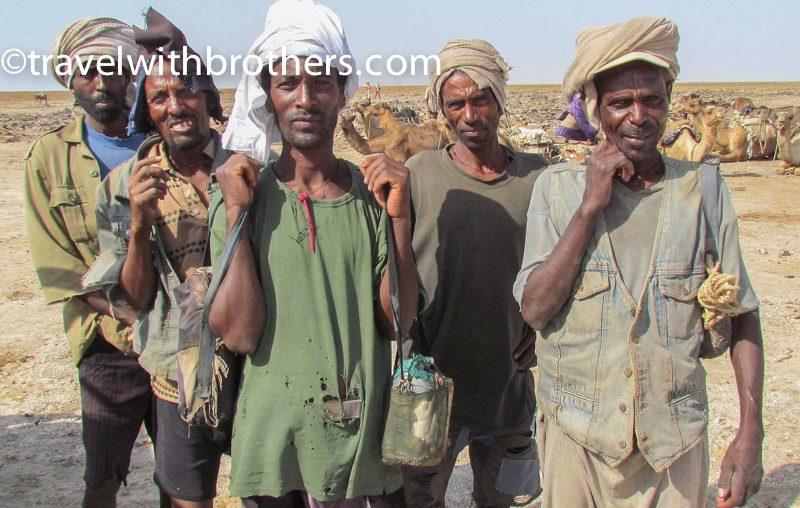 Dancalia, un gruppo di lavoratori Afar nella piana del sale